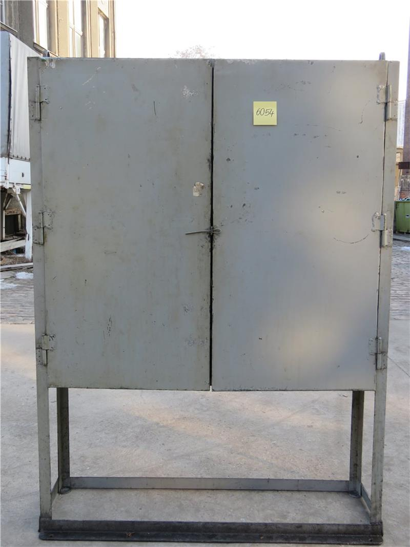 Antik metallschrank blechschrank loft schrank for Schrank industriedesign